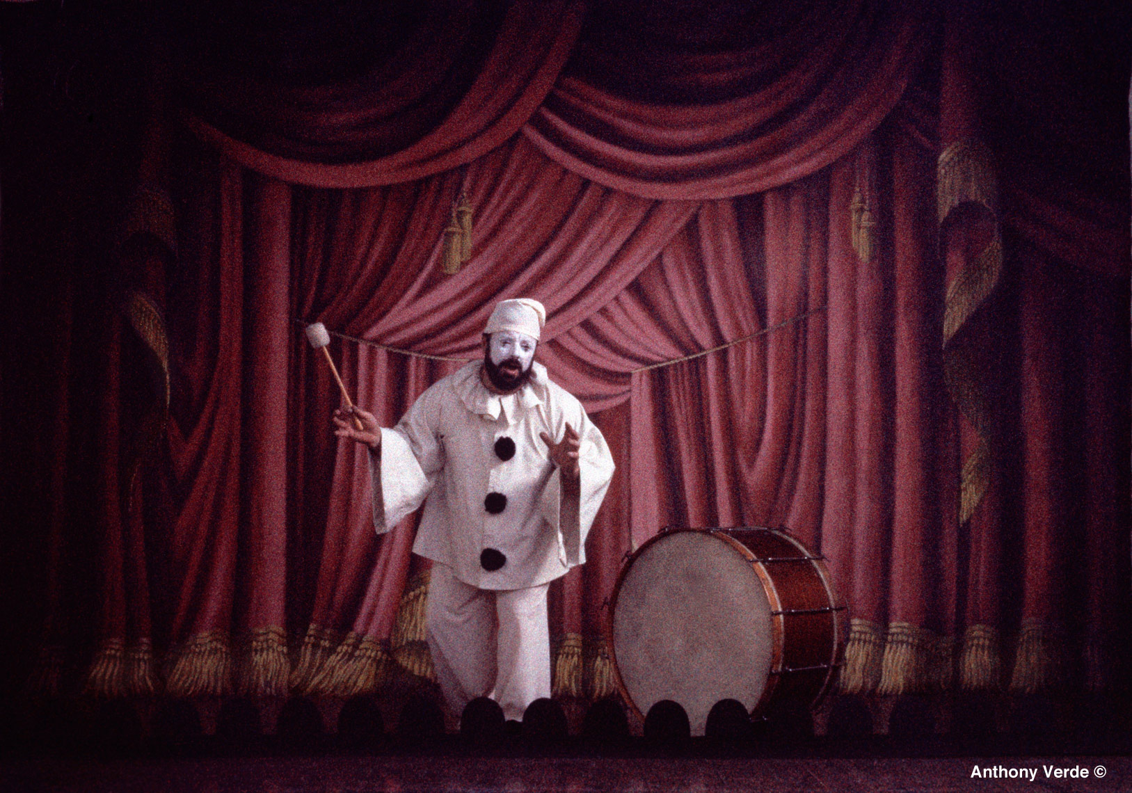 clown-pagliacci-stage-curtain-photo
